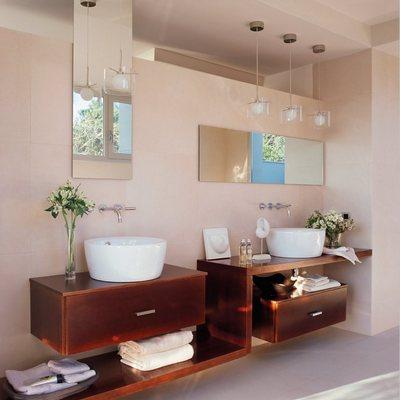 Lavamanos en baño bien iluminado