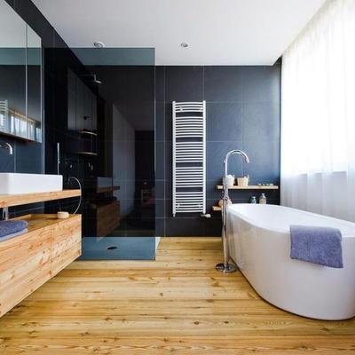 Baño con luz natural y halógenos