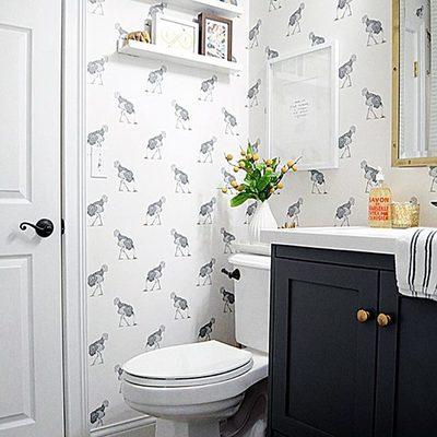 baño con papel pintado