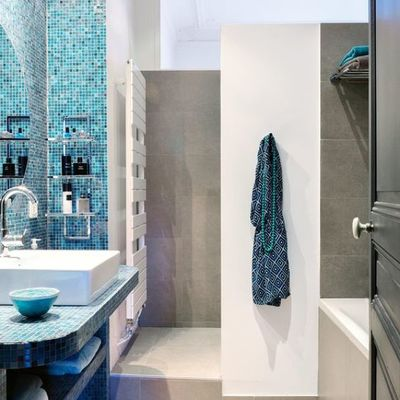 Baño con revestimiento de azulejos