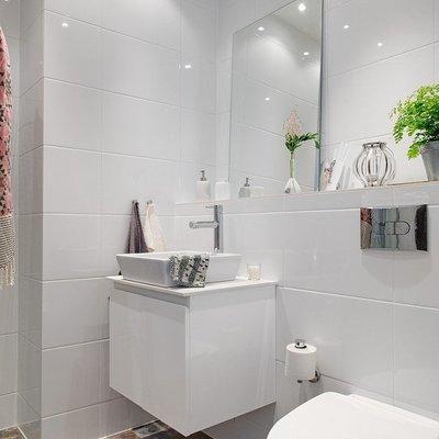 bano-sencillo-en-blanco-y-contraste-en-suelo