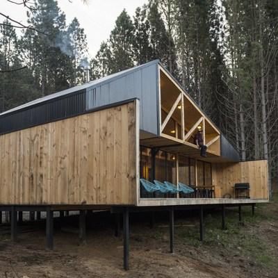 Una casa de madera integrada en los bosques