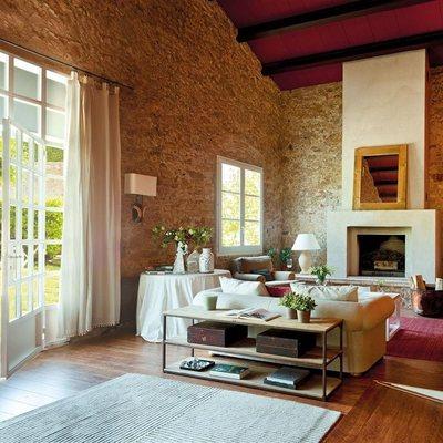 Casa rural con materiales naturales