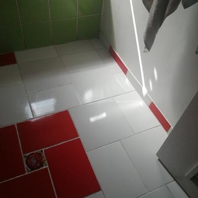 Cerámica piso en baño