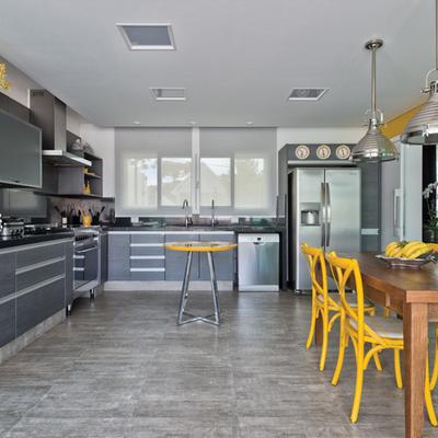 Cocina con elementos amarillos y acero