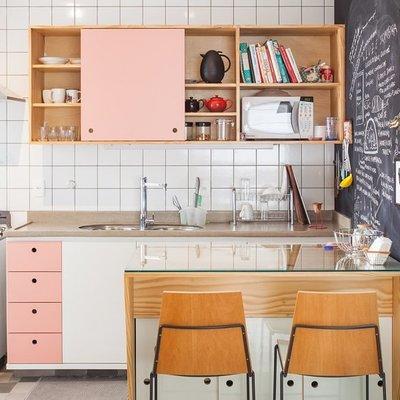 Cocina con muebles rosas
