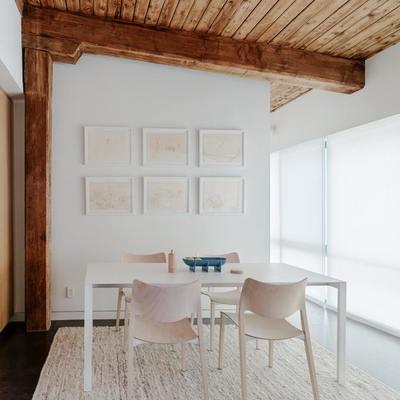Comedor con techo de madera