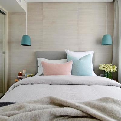Dormitorio con cortinas blancas