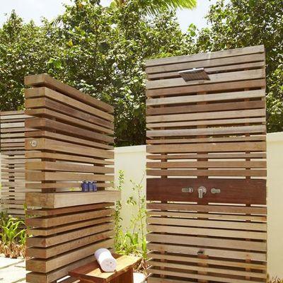 Ducha exterior en madera