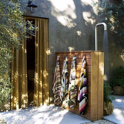 ducha exterior en el patio