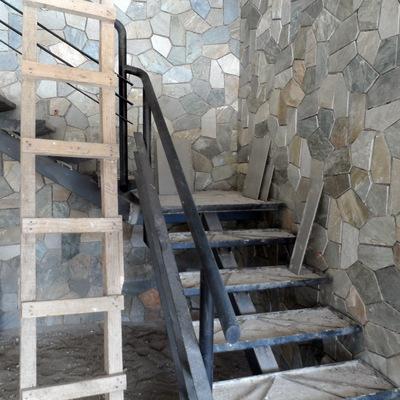 Escala de fierro y enchape de muro