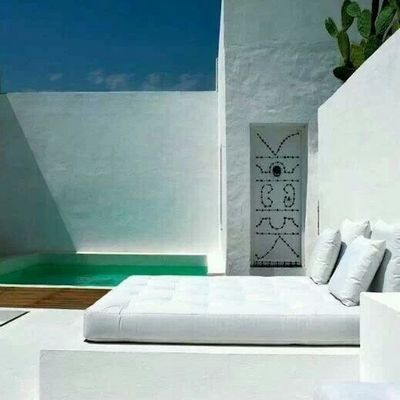 Patio rodeado de blanco