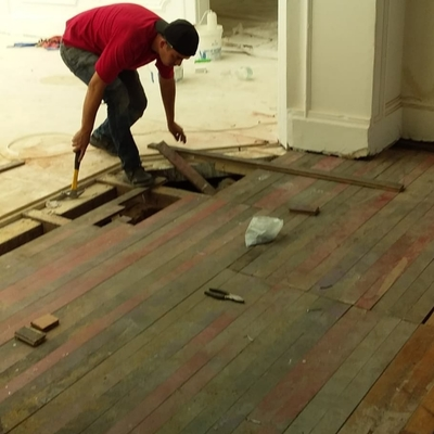 Reparacion de un piso de tabla.