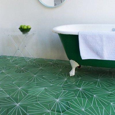 Baño con piso de cerámica verde