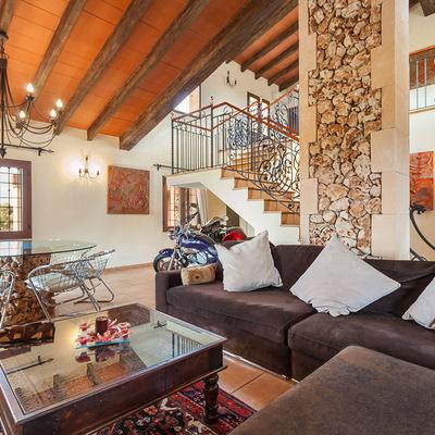 Una vivienda de diseño en madera y piedra