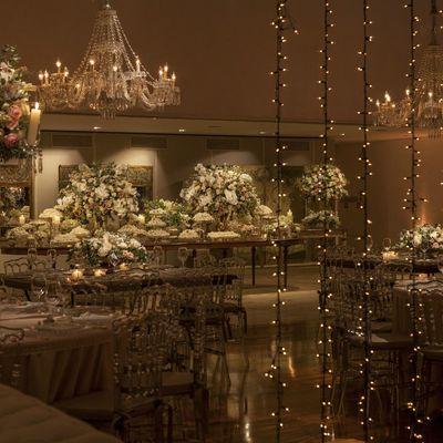 iluminación con flores y luces en bodas