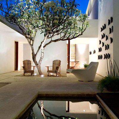 Jardín con pequeña piscina
