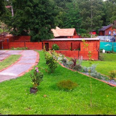 Jardín y estacionamiento
