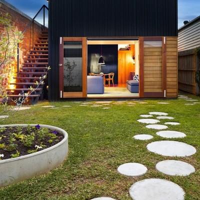 Jardín con pasto y sendero piedras