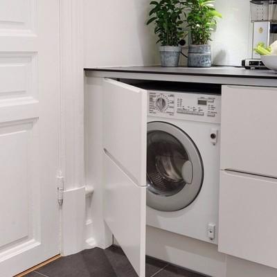 Lavadora en cocina panelada