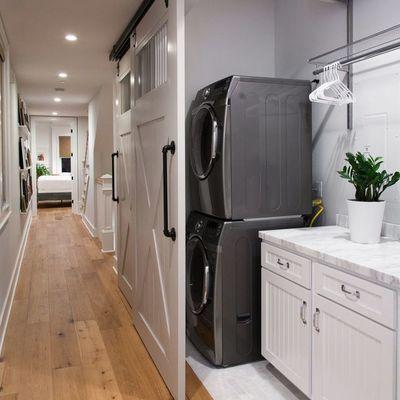 Lavandería con puerta corredera en pasillo