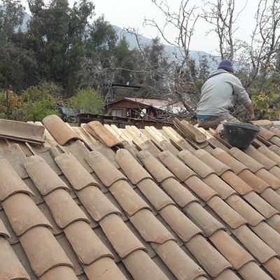 Reparacion de techumbre con teja colonial.