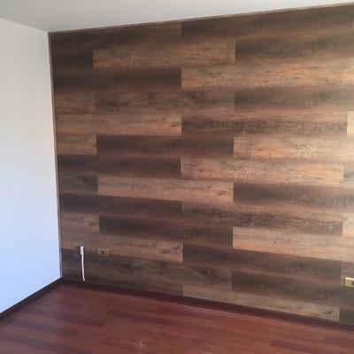 Muro dormitorio enchapado con vinilico