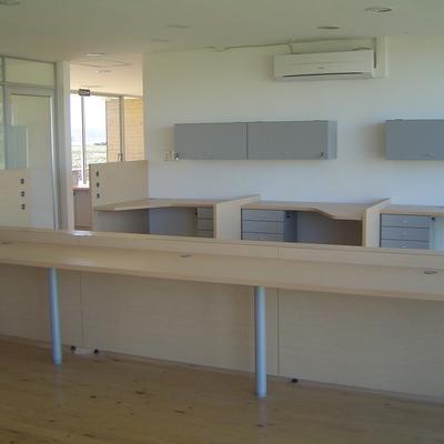 Equipamiento oficina massai por circulo diseño ltda