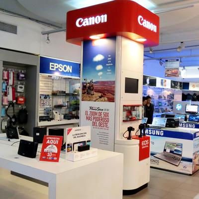 Pilar de exhibición cámaras Canon Iquique.