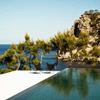 piscina con azulejos negros