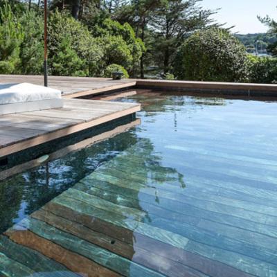 piscina con piso de maderae