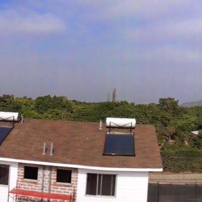 Instalación de sistema termo-sifón con panel solar para agua caliente.