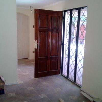 Puerta acceso recien pintada