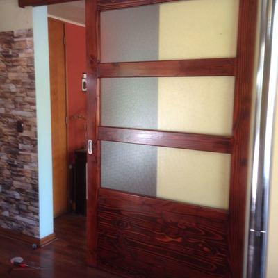 Diseño e instalación de Puerta Corrediza en madera pino oregon para Living