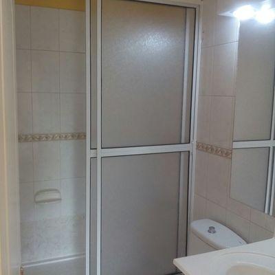 Cambio de Tina en sala de baño por receptaculo con mampara de acrilico con aluminio