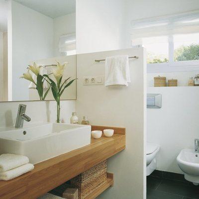 Baño remodelado con muro de separación