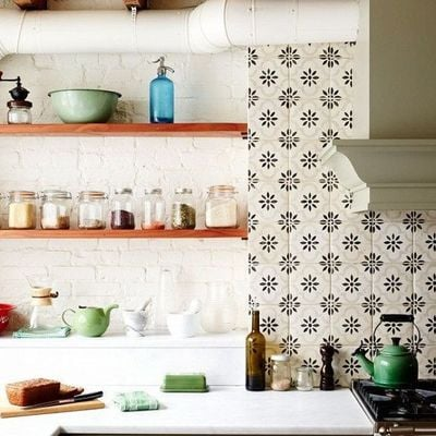 Cocina con pared de cerámica