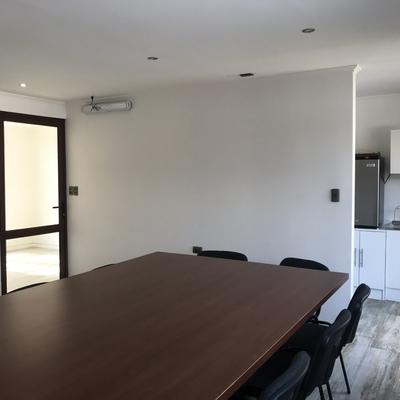 sala de reuniones y kitchen