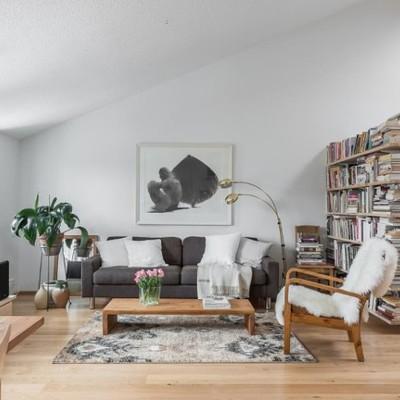 Descubre la combinación del blanco y la madera en este lindo departamento