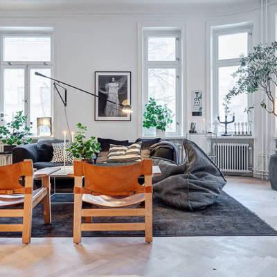 Living con ventanales y lámpara zona lectura