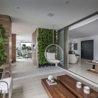 Si no tienes jardín, crea uno con los muebles de exterior en el interior