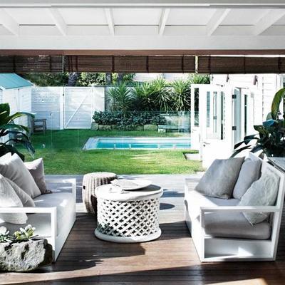 Terraza exterior con persianas