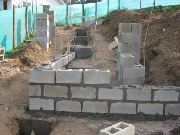 Foto 33 muros de bloques con tensores de constructora e for Construir muro de bloques