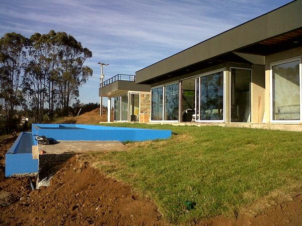 Foto casa estilo mediterraneo de 200mts2 con piscina de for Piscinas de hormigon armado