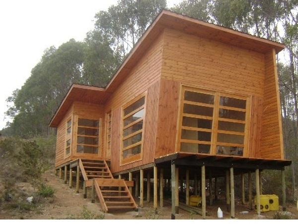 Foto casa terminada con amplios ventanales y terraza de - Casas de madera de pino ...