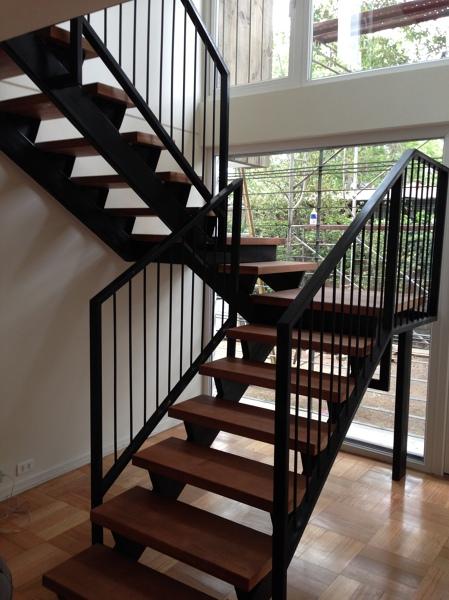 Foto escalera met lica y gradas de madera de cvg spa for Armar escalera metalica