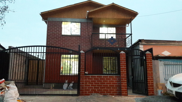 Foto fachada casa ladrillo princesa de constructora kasal for Fachada de ladrillo