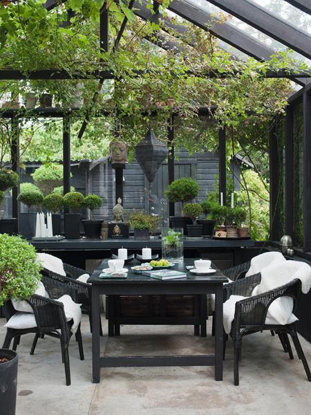 Foto mesa en jard n cerrado con figuras zen y plantas - Plantas para jardin zen ...