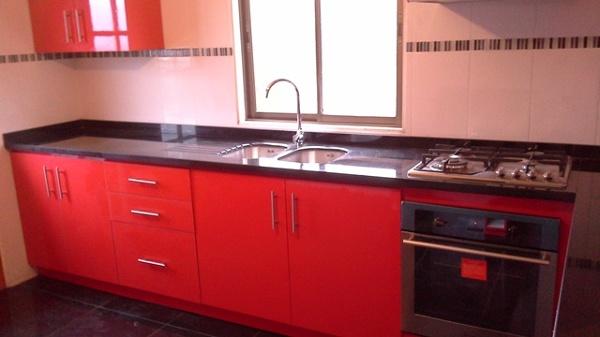 foto mueble cocina en formica brillante roja y granito