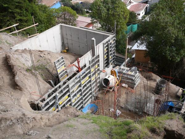 Foto muro de contenci n terreno y futura piscina de vyv for Muro de contencion precio